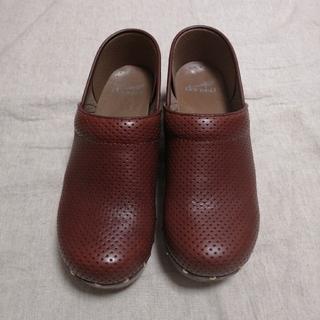 ダンスコ(dansko)のdansko ダンスコ パンチングレザー ブラウン 38 スタッズ シューズ(ローファー/革靴)