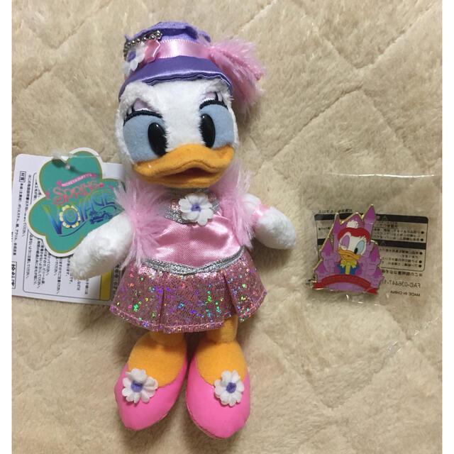 Daisy(デイジー)の新品 デイジー セット ぬいぐるみバッジ ピンバッジ  2個 ディズニーシー エンタメ/ホビーのおもちゃ/ぬいぐるみ(キャラクターグッズ)の商品写真