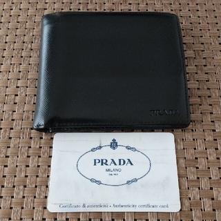 プラダ(PRADA)のプラダ サフィアーノ ブラックレザー コンパクト ウォレット 二つ折り財布(折り財布)