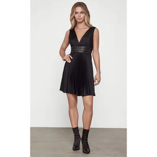 ビーシービージーマックスアズリア(BCBGMAXAZRIA)の❤️BCBGMAXAZRIA2020新作新品 黒ワンピース ドレス(ひざ丈ワンピース)