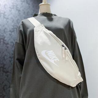 NIKE - 新品 ナイキ ベージュ ヘリテージ ヒップパック ウエストポーチ ウエストバッグ