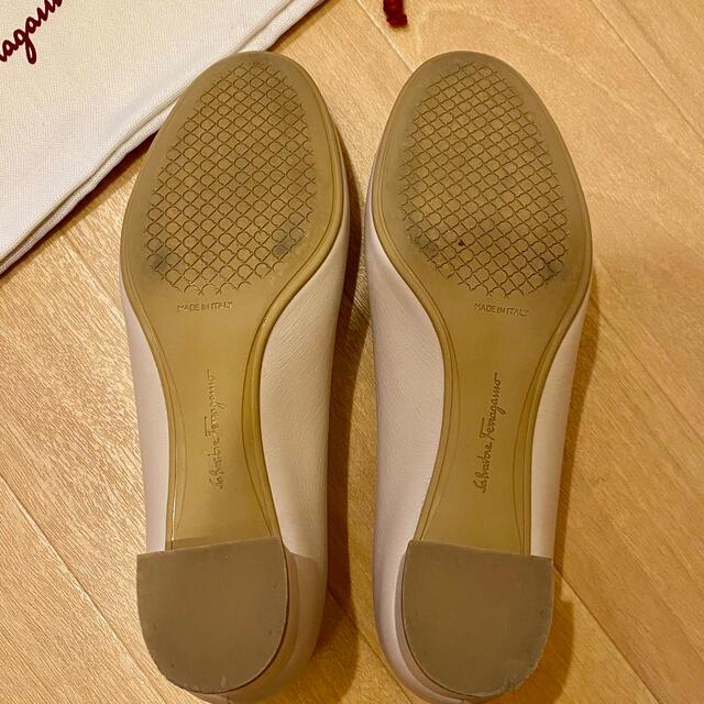Salvatore Ferragamo(サルヴァトーレフェラガモ)の超美品 フェラガモ ヴァラ パンプス レディースの靴/シューズ(ハイヒール/パンプス)の商品写真