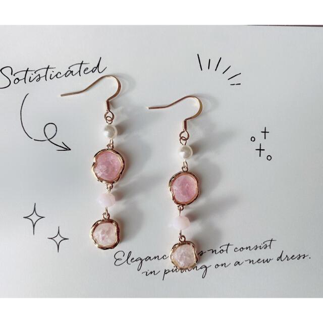 95.薄ピンクカラーシェル入りピアス ハンドメイドのアクセサリー(ピアス)の商品写真