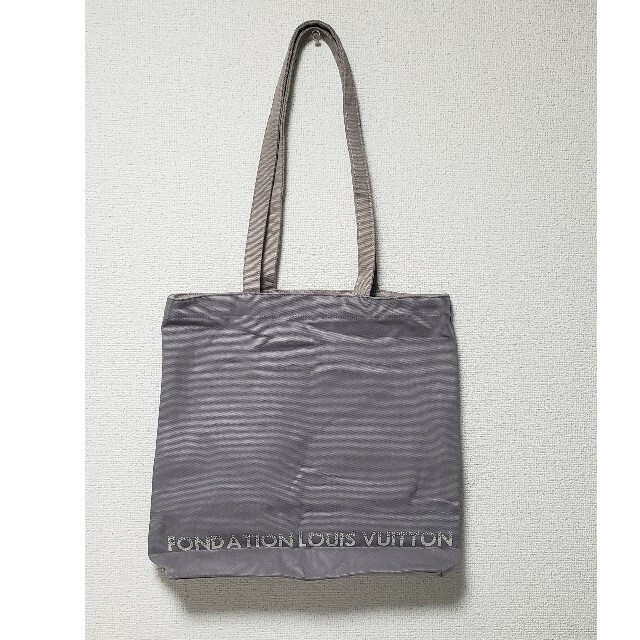 LOUIS VUITTON(ルイヴィトン)のフォンダシオンルイヴィトン美術館のトートバッググレイ 新品難あり レディースのバッグ(トートバッグ)の商品写真