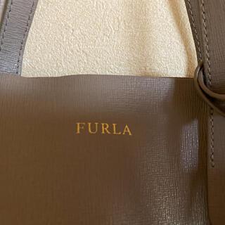 フルラ(Furla)のFURLA フルラ サリー S レザー ロゴチャーム トートバッグ グレージュ(ハンドバッグ)