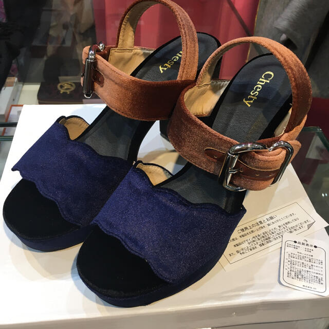 Chesty(チェスティ)の新品★チェスティ ベロア スカラップ サンダル L レディースの靴/シューズ(サンダル)の商品写真