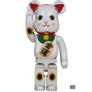 メディコムトイ(MEDICOM TOY)のBE@RBRICK 招き猫 銀メッキ 弐 1000% 【送料無料】(その他)