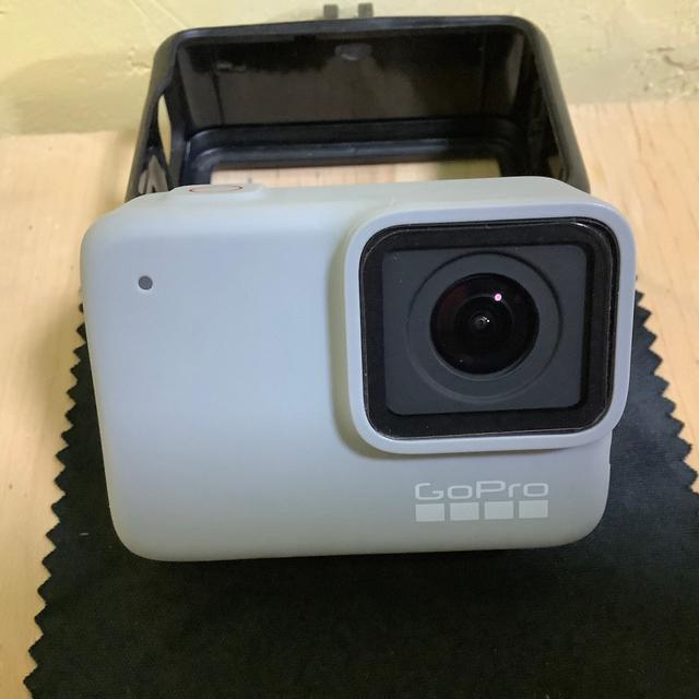 GoPro(ゴープロ)のGoProHERO7Whiteマウントセット32GBSDカードオマケ付き スマホ/家電/カメラのカメラ(ビデオカメラ)の商品写真