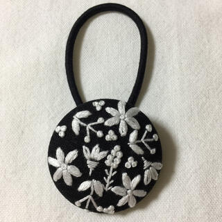 シロタエの花。刺繍ヘアゴム ハンドメイド