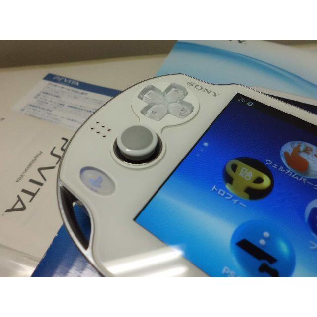 PlayStation Vita(プレイステーションヴィータ)のPSVITA PCH-1000と8GBメモリーカード エンタメ/ホビーのゲームソフト/ゲーム機本体(携帯用ゲーム機本体)の商品写真