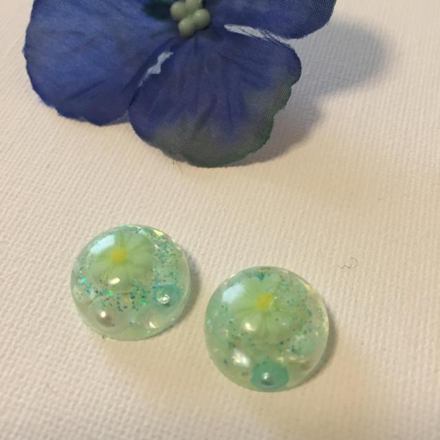 グリーンのお花イヤリング♡ ハンドメイドのアクセサリー(イヤリング)の商品写真
