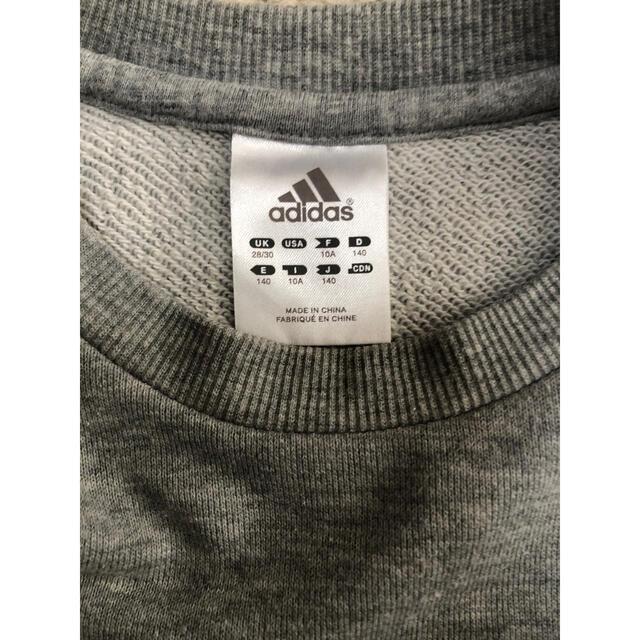 adidas(アディダス)のadidasアディダス キッズトレーナー グレー140 【匿名発送】 キッズ/ベビー/マタニティのキッズ服男の子用(90cm~)(Tシャツ/カットソー)の商品写真
