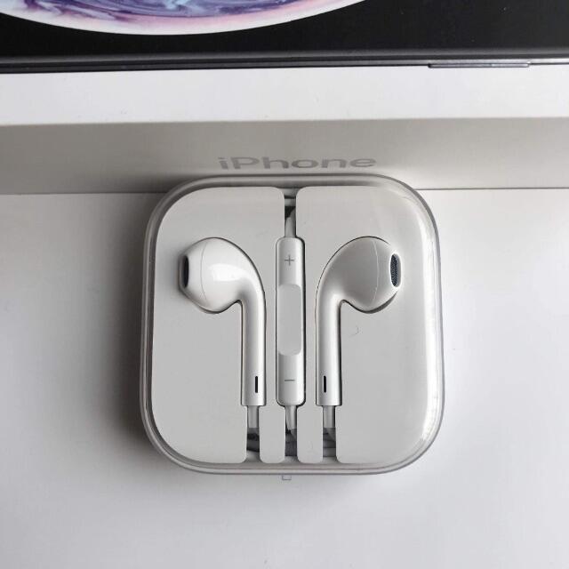 iPhone(アイフォーン)の純正iPhoneイヤホン スマホ/家電/カメラのオーディオ機器(ヘッドフォン/イヤフォン)の商品写真