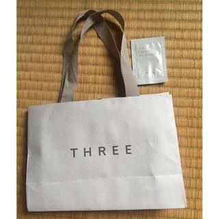 スリー(THREE)のブランド THREE紙袋 ショッパー サンプル付き(ショップ袋)