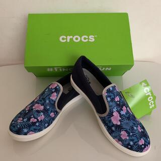 クロックス(crocs)の[新品】★crocs ★クロックス ネイビー×花柄スリッポン W7(23.0cm(スリッポン/モカシン)