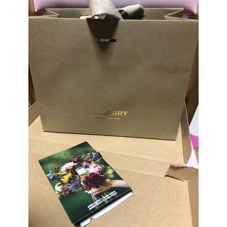 BURBERRY - BURBERRYフェイスタオルと小さなショップ袋と試供品の香水☆新品未使用