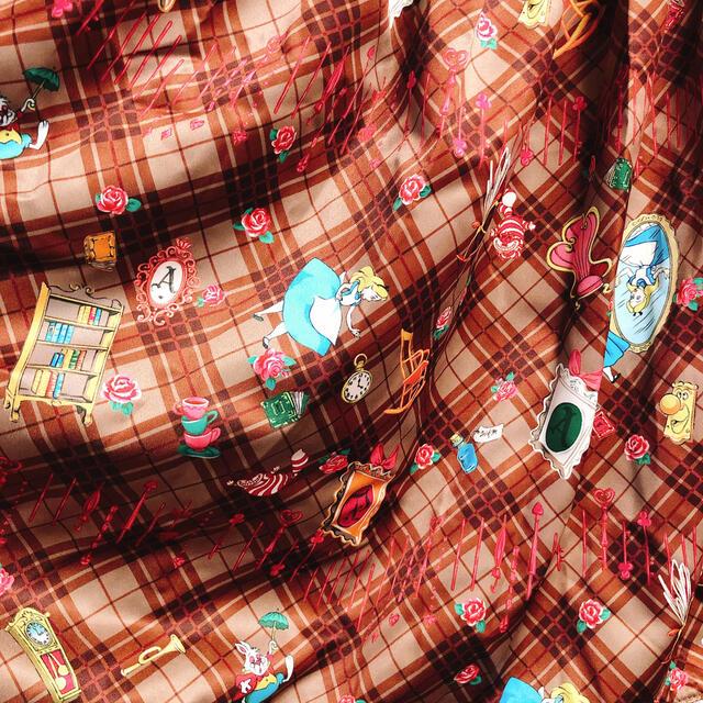 ALICE and the PIRATES(アリスアンドザパイレーツ)の【Alice and the Pirates】Disney Alice柄スカート レディースのスカート(ひざ丈スカート)の商品写真