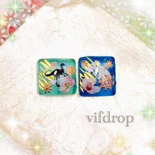 雪花と恐竜和柄のクリアブルー2色ガラスタイルピアス イヤリング(ピアス)