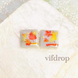 《冬空》雪花紅葉柄のパステル水色タイルピアス イヤリング(ピアス)