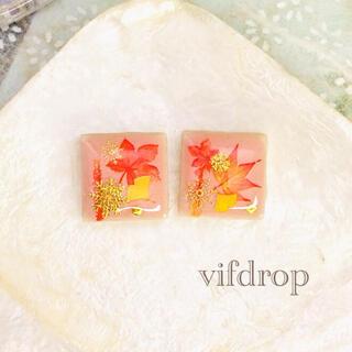 《冬の夕焼け空》雪花紅葉柄のパステル桃色タイルピアス イヤリング(ピアス)