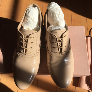 ミュウミュウ(miumiu)のミュウミュウビジュー紐付き37(ローファー/革靴)