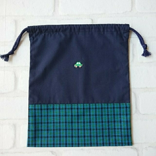 ファミリア(familiar)の【ハンドメイド】グリーンカーワッペン付給食袋 巾着 青チェック(外出用品)