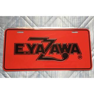 ヤザワコーポレーション(Yazawa)の矢沢永吉 E.YAZAWA ナンバープレート ロゴ レッド/ブラック 赤/黒(ミュージシャン)