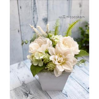 ꫛꫀꪝ白いお花と多肉のアレンジ❁フェイクグリーン・フラワーアレンジ(その他)