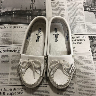 ミネトンカ(Minnetonka)のミネトンカ レザーホワイト モカシン サイズ6(ローファー/革靴)