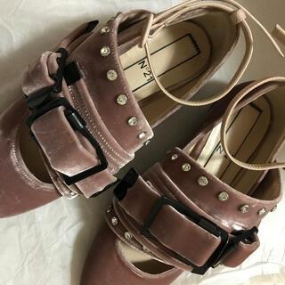 ドゥロワー(Drawer)のヌメロヴェントゥーノ N°21 シューズ ベロア ビジュー(ローファー/革靴)