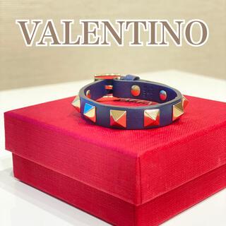ヴァレンティノ(VALENTINO)のVALENTINO ヴァレンティノ ロックスタッズ ブレスレット ネイビー(ブレスレット/バングル)