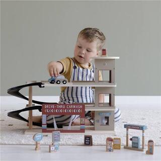 ボーネルンド(BorneLund)の新品 ✴︎ Little Dutch リトルダッチ 駐車場セット 木製  (電車のおもちゃ/車)