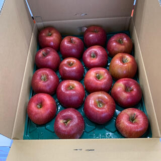 サンふじリンゴ 黒千寿 32個 秀等品 10kg  2段並び(フルーツ)