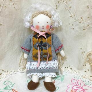 ミナペルホネン(mina perhonen)のミナペルホネン ドールチャーム 布人形 北欧 アンティーク ハンドメイド 刺繍(人形)