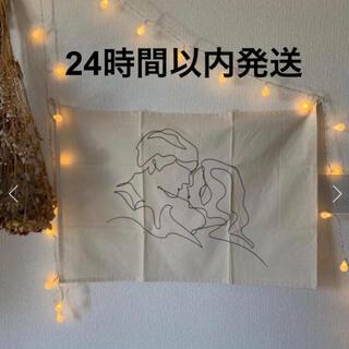 スリーコインズ(3COINS)の大人気 韓国インテリア スリーコインズ ファブリックポスター 男女(絵画/タペストリー)