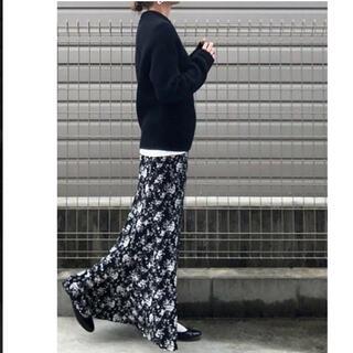 ユニクロ(UNIQLO)のユニクロ 花柄マーメイドスカート  ブラックS(ロングスカート)