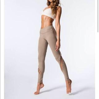 Alo Yoga デザイナーレギンス ら線状レースアップ S ヌーディベージュ(ヨガ)