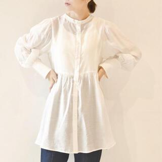 ダブルクローゼット(w closet)の【W closet】袖リボンギャザーシャツ 白ブラウス・シャツ(ブラウス)
