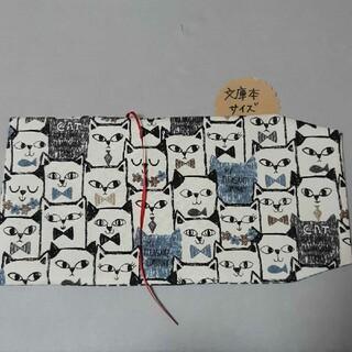 新作‼️文庫本size ブックカバー ねこいっぱい 猫 黒×白 水玉(ブックカバー)