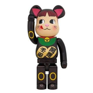 フジヤ(不二家)の即日発送可能 BE@RBRICK 招き猫 ペコちゃん 黒メッキ 1000%(フィギュア)