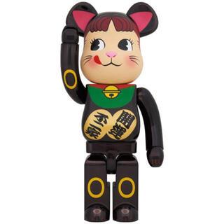 メディコムトイ(MEDICOM TOY)のBE@RBRICK 招き猫 ペコちゃん 黒メッキ 1000%(キャラクターグッズ)