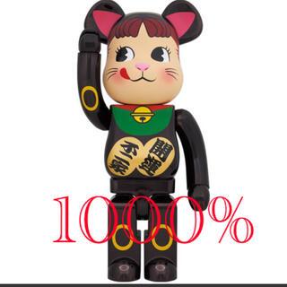 メディコムトイ(MEDICOM TOY)の黒メッキ 招き猫 ペコちゃん1000%(キャラクターグッズ)