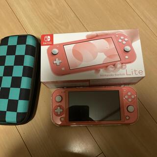 ニンテンドースイッチ(Nintendo Switch)の★SwitchLightコーラルピンク★(携帯用ゲーム機本体)