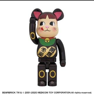 フジヤ(不二家)の【送料無料】BE@RBRICK 招き猫 ペコちゃん 黒メッキ 1000% (その他)