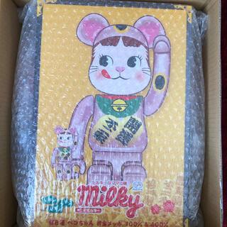 メディコムトイ(MEDICOM TOY)のBE@RBRICK 招き猫 ペコちゃん 桃金メッキ 100% & 400% 新品(キャラクターグッズ)