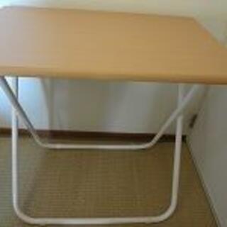 おしゃれなセンスある折りたたみ机です。幅75cmx奥行き50cmx高さ70cm(折たたみテーブル)