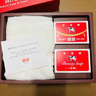 ギュウニュウセッケン(牛乳石鹸)のユニクロ 2021年 新年祭 牛乳石鹸 赤箱&タオルセット(年賀セット)(ボディソープ/石鹸)