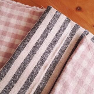 ネルの生地 起毛生地 グレーとベージュ縞模様生地とピンクのチェック柄生地×2枚(生地/糸)