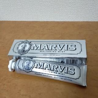 マービス(MARVIS)の【匿名配送/新品】 MARVIS ホワイトニング ミント 歯磨き粉 85mL(歯磨き粉)