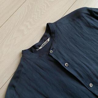 コモリ(COMOLI)のリネンの風合い爽やか AURALEE オーラリー リネン バンドカラーシャツ(シャツ)